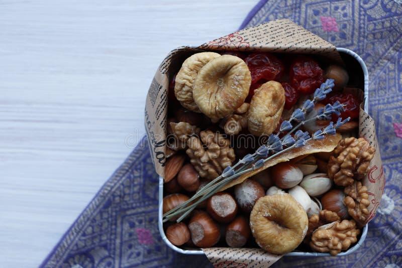 Caja con las frutas y las nueces secadas imagen de archivo libre de regalías