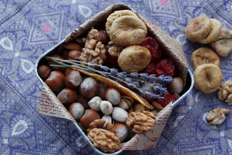 Caja con las frutas y las nueces secadas imagen de archivo