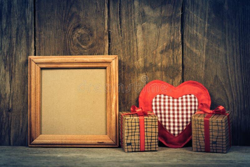 Caja con los regalos en fondo de madera imagen de archivo libre de regalías