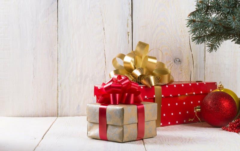 Caja con un arco para un regalo imagen de archivo libre de regalías