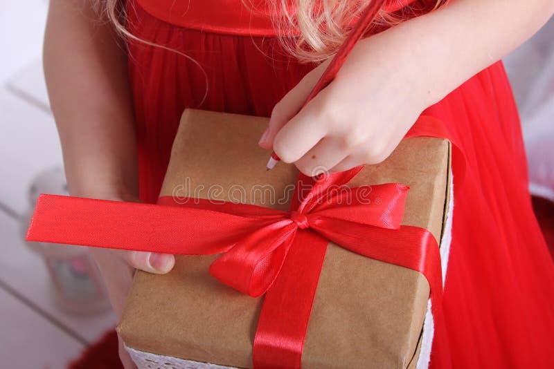 Caja con un regalo atado con la cinta roja foto de archivo libre de regalías