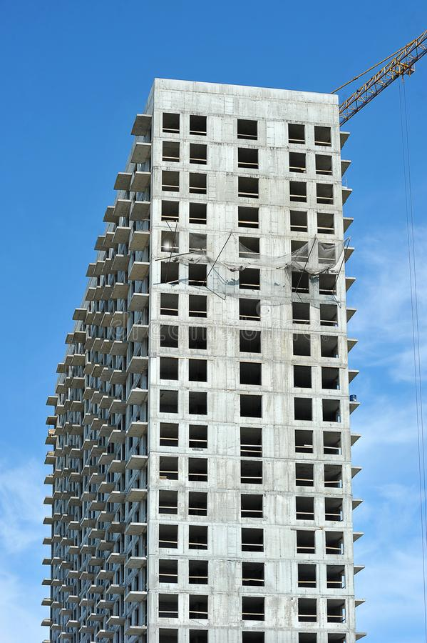 Caja concreta vacía de grúa del edificio alto y de construcción foto de archivo libre de regalías