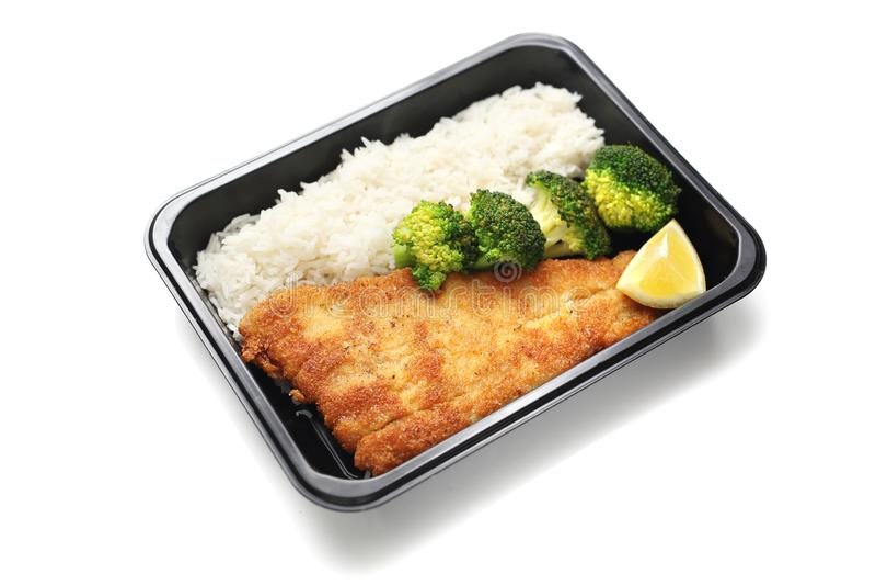 Caja de abastecimiento Bacalao frito con arroz y br?culi E imágenes de archivo libres de regalías