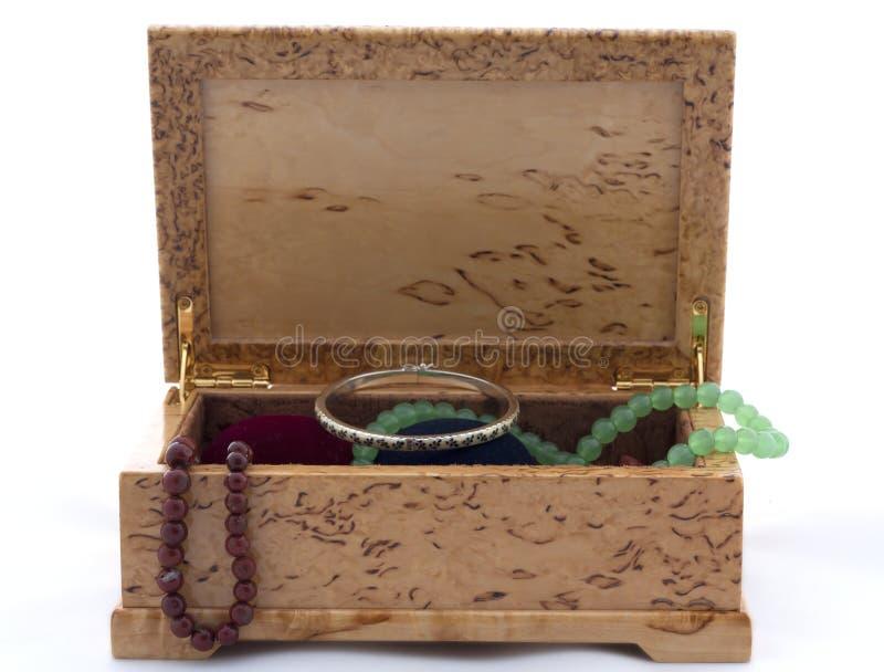 Caja de abedul carelio con las joyas en el fondo blanco foto de archivo