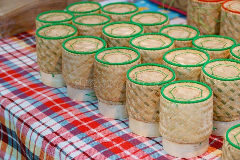 Caja de bambú para el arroz pegajoso, herramientas de la cocina de Tailandia foto de archivo