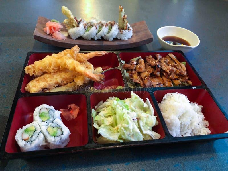 Caja de Bento con el rollo de sushi de California del arroz del pollo del teriyaki fotografía de archivo libre de regalías