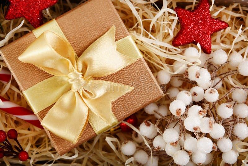 Caja de bonito regalo y decoración festiva, primer imagen de archivo