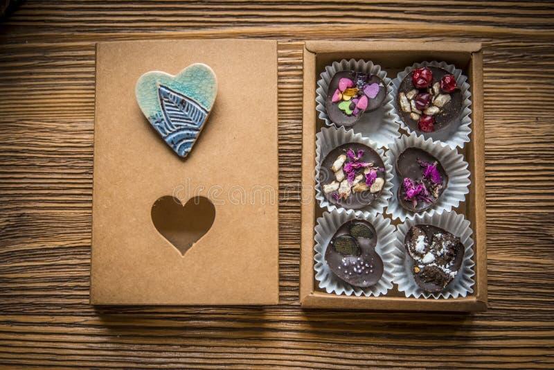 Caja de caramelos con la broche imagen de archivo