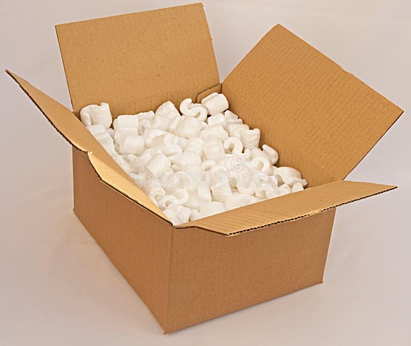 Caja de cartón con el embalaje de la espuma. fotografía de archivo