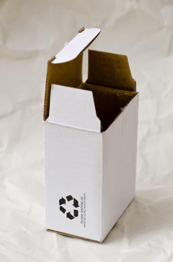 Caja de cartón con el reciclaje de símbolo fotografía de archivo