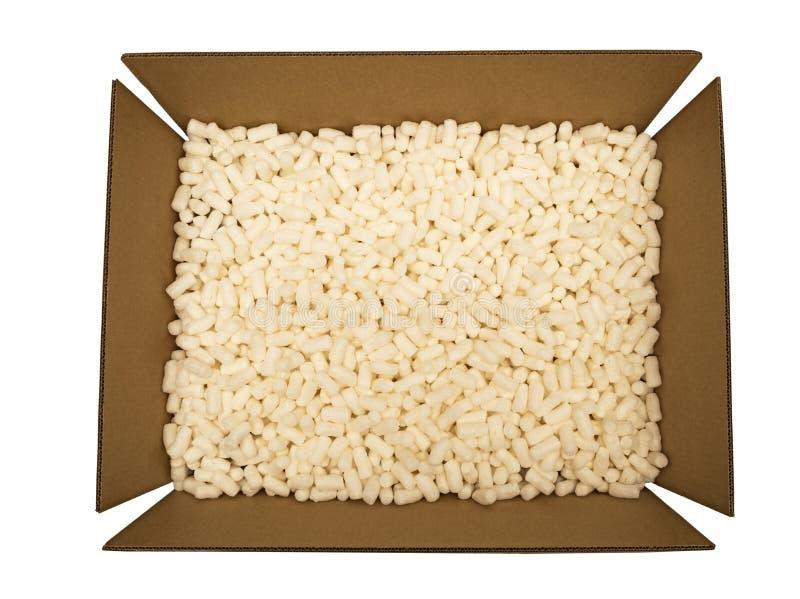 Caja de cartón con los cacahuetes del embalaje imagen de archivo