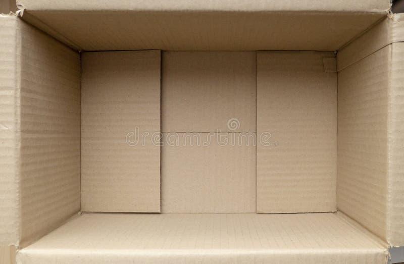 Caja de cartón vacía Ciérrese para arriba dentro de la vista de la caja de empaquetado de la cartulina fotografía de archivo libre de regalías