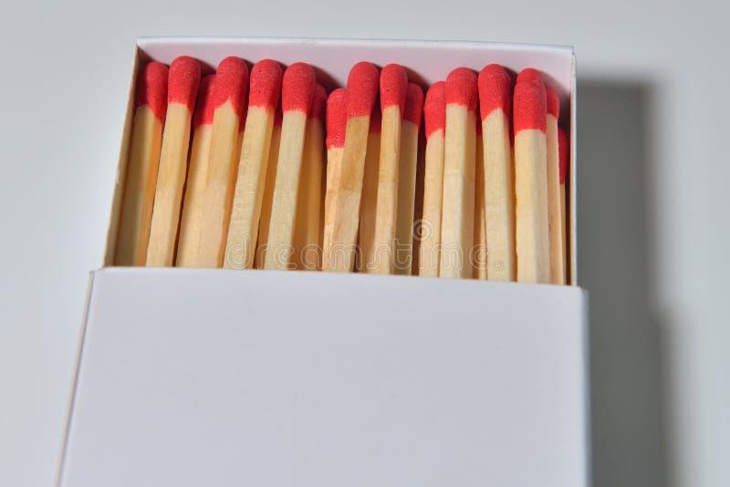 Caja de cerillas de papel vacía con los partidos de madera en ella Caja p del Matchbook fotos de archivo libres de regalías