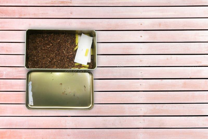 Caja de cigarrillo en el fondo de madera imagen de archivo libre de regalías