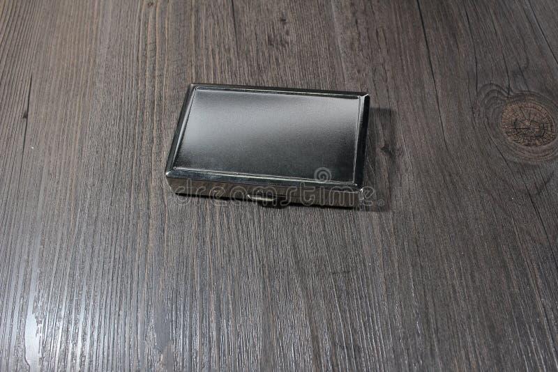 caja de cigarrillo en una tabla de madera vieja fotos de archivo libres de regalías