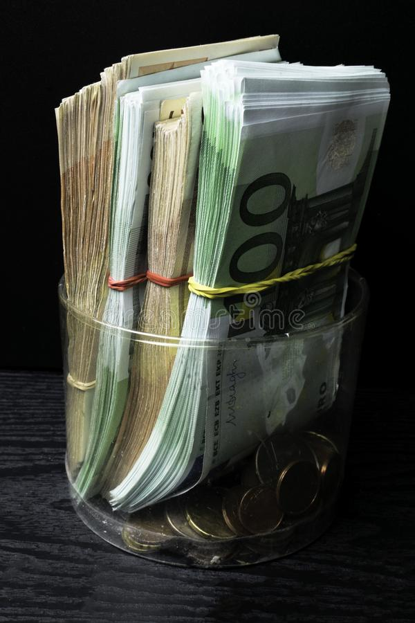 Caja de dinero del ahorro con los billetes de banco euro, centavos Billetes de banco de la unión europea fondo euro del efectivo foto de archivo