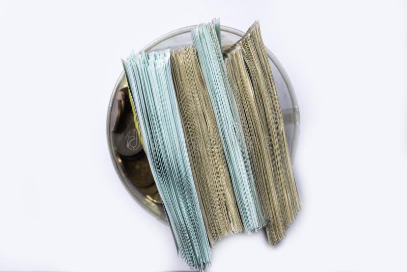Caja de dinero del ahorro con los billetes de banco euro, centavos Billetes de banco de la unión europea fondo euro del efectivo imagen de archivo libre de regalías