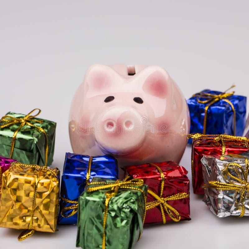 Download Caja De Dinero Del Cerdo Entre El Regalo De La Navidad Imagen de archivo - Imagen de dinero, regalo: 42446439
