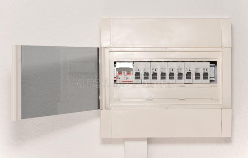 Caja de distribución de la electricidad con la puerta en la pared imagen de archivo libre de regalías