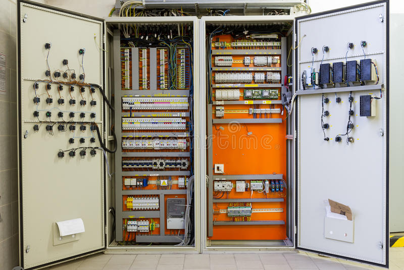 Caja de distribución de la electricidad con los alambres, los disyuntores y fu fotos de archivo