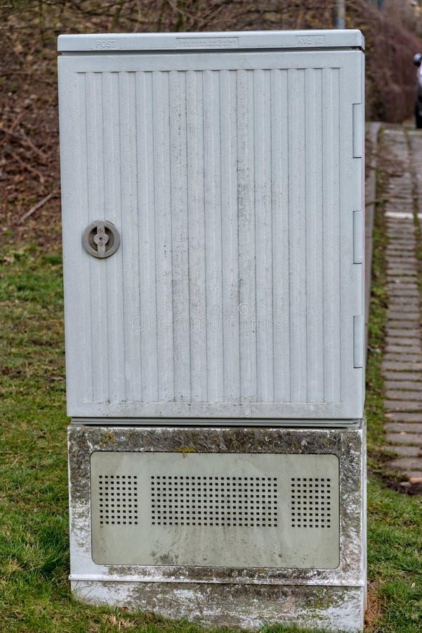Caja de distribución para Internet en un área residencial fotos de archivo