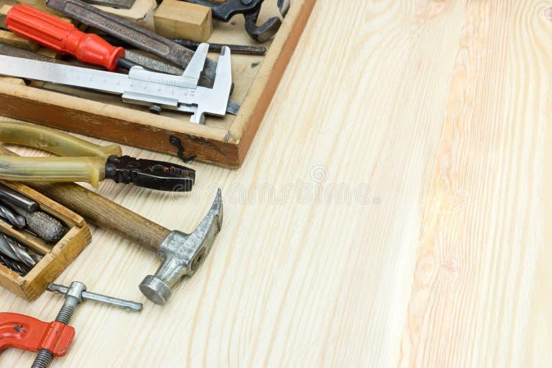 Caja de herramientas de madera con los instrumentos y las herramientas viejos para el trabajo de mano fotos de archivo