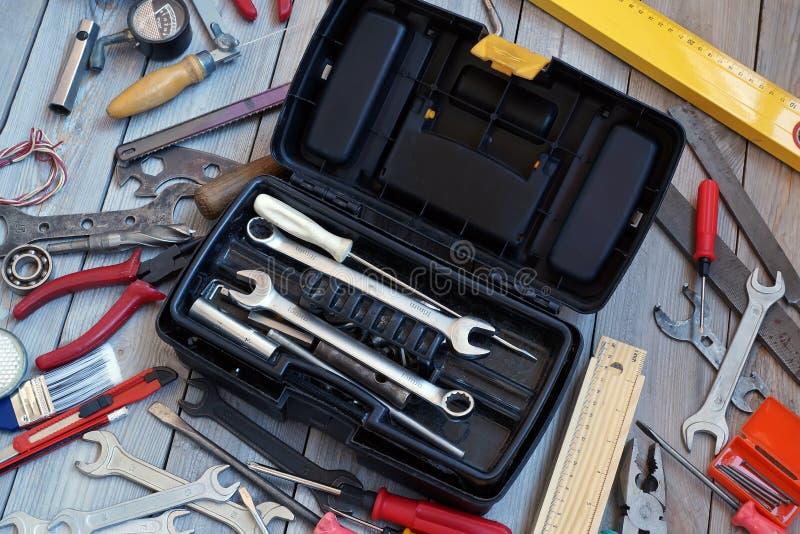 Caja de herramientas en el piso de madera, visión desde arriba foto de archivo