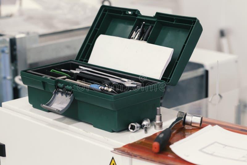 Caja de herramientas en la máquina imagenes de archivo