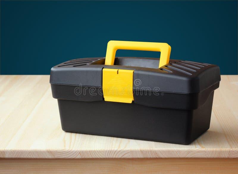 Caja de herramientas plástica contra una pared azul taller fotografía de archivo libre de regalías