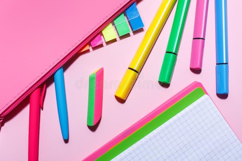 Caja de lápiz con las etiquetas engomadas y las plumas del color Endecha plana, visión superior foto de archivo libre de regalías