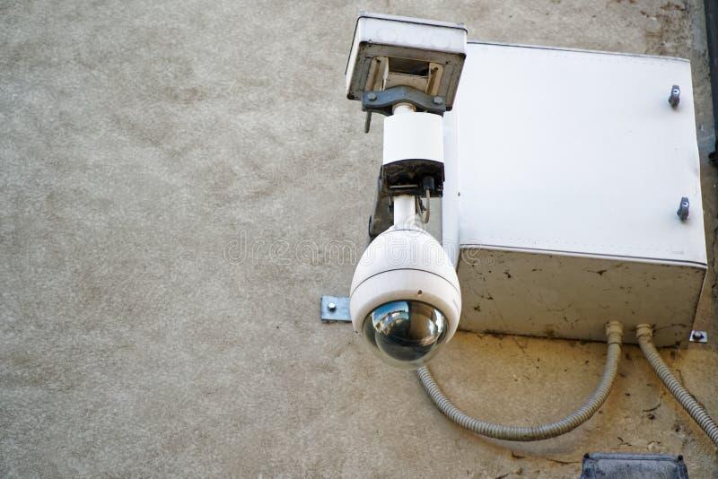 Caja de la cámara de seguridad y del equipo de vídeo en la pared vieja fotos de archivo libres de regalías