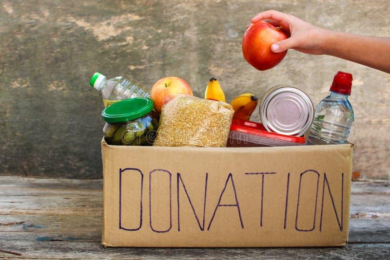 Caja de la donación con la comida foto de archivo libre de regalías