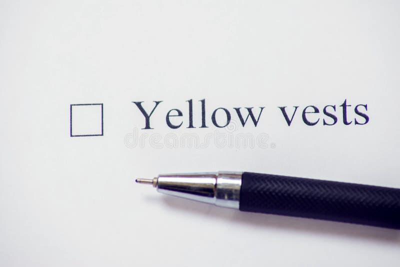 Caja de la lista de control con los chalecos amarillos de la palabra Concepto de la forma de control fotografía de archivo libre de regalías