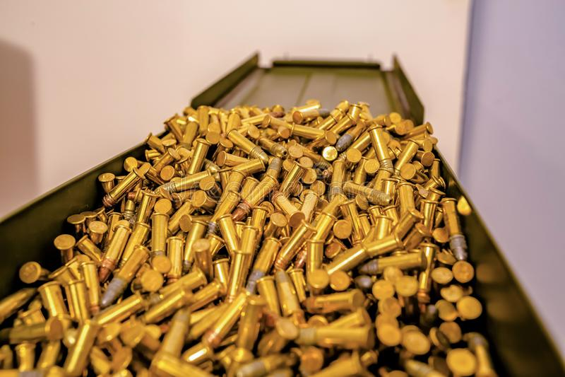 Caja de la munición de la visión superior por completo de balas imágenes de archivo libres de regalías