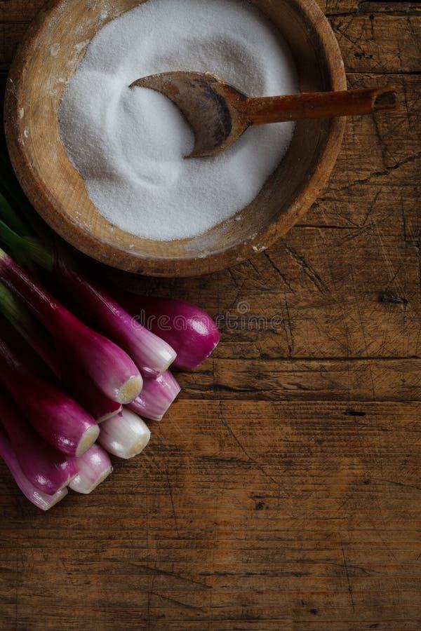 Caja de la sal con las cebollas foto de archivo libre de regalías