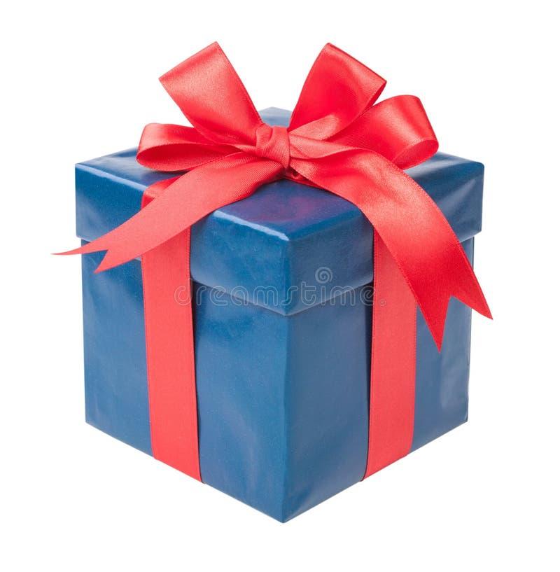 Caja de la turquesa con un regalo y un arco rojo aislados en el backgr blanco imágenes de archivo libres de regalías