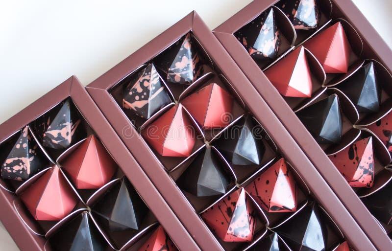 Caja de las almendras garapiñadas del chocolate foto de archivo