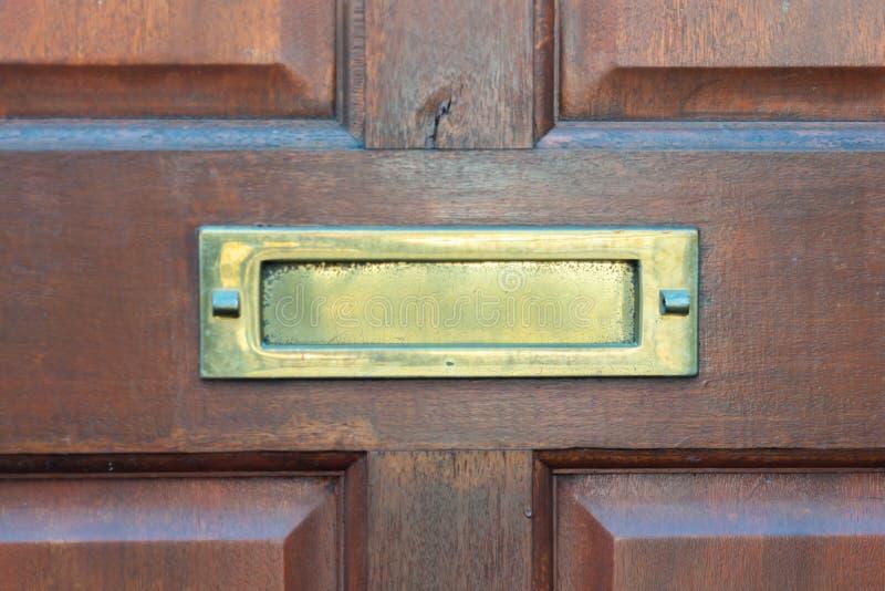 Caja de letra vieja en la puerta, manera tradicional de entregar letras a la casa, buzón viejo foto de archivo