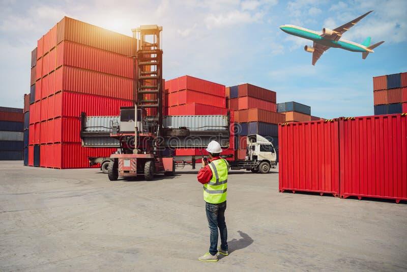 Caja de los envases del cargamento del control del capataz de la nave para las importaciones/exportaciones, cargo industrial de l foto de archivo