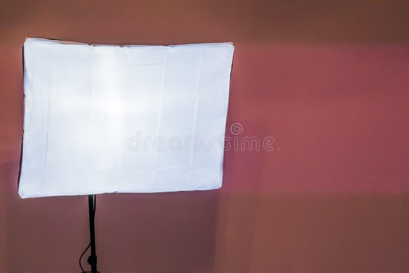 Caja de luz suave en el primer aislado en un fondo rosado de la pared, equipo básico del estudio de la foto fotos de archivo libres de regalías
