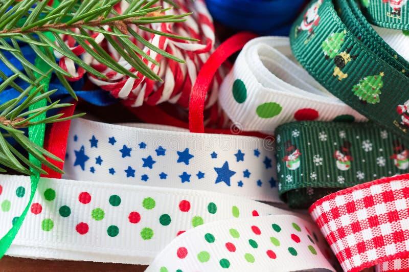 Caja de madera con las cintas, gotas, artes de la Navidad fotos de archivo libres de regalías