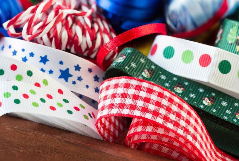 Caja de madera con las cintas, gotas, artes de la Navidad fotografía de archivo libre de regalías