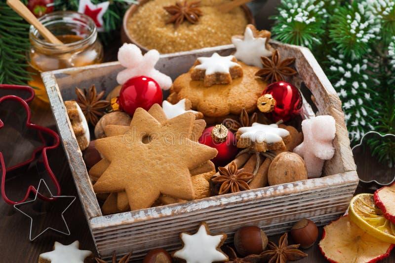Caja de madera con las galletas clasificadas de la Navidad, especias fotografía de archivo libre de regalías