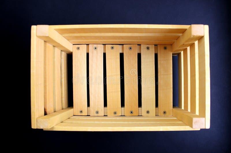 caja de madera fotografiada desde arriba en un fondo negro foto de archivo