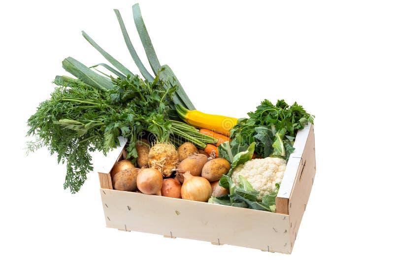 Caja de madera de verduras frescas del mercado de los granjeros en la tabla de madera pintada blanca fotografía de archivo libre de regalías
