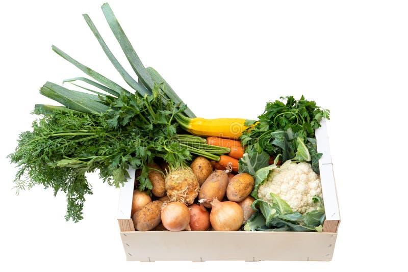 Caja de madera de verduras frescas del mercado de los granjeros en la tabla de madera pintada blanca fotografía de archivo