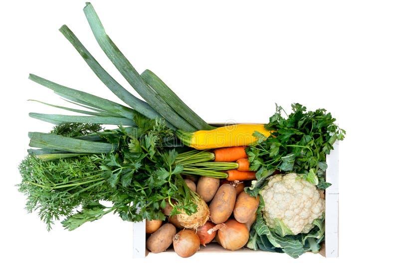Caja de madera de verduras frescas del mercado de los granjeros en la tabla de madera pintada blanca desde arriba Espacio para el imagen de archivo libre de regalías