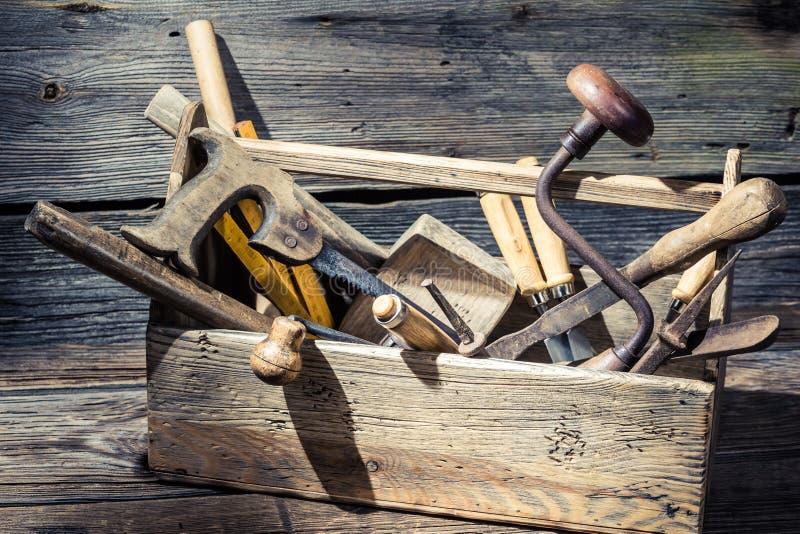 Caja de madera vieja de los carpinteros con las herramientas imágenes de archivo libres de regalías