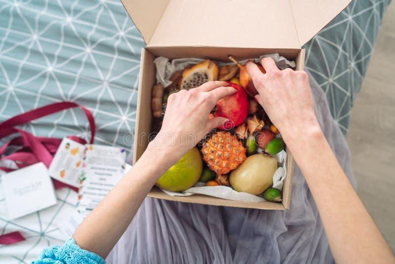 Caja de manos de la muchacha de la fruta imagen de archivo