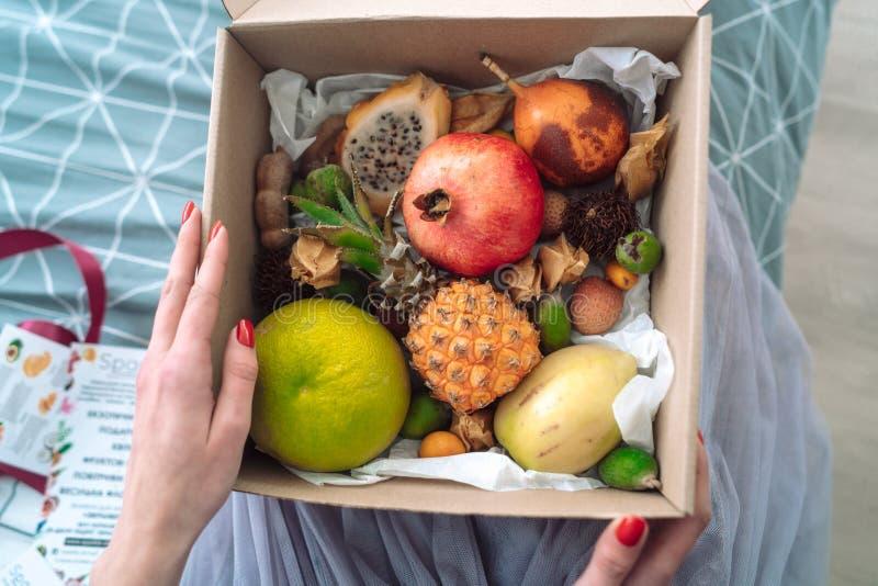 Caja de manos de la muchacha de la fruta fotografía de archivo libre de regalías
